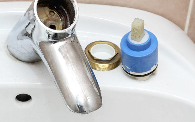Qu'est-ce qui cause une fuite d'eau robinet